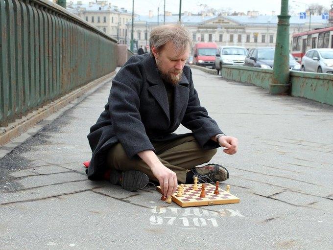 Художница сфотографировала мужчин рядом с надписями «Отдых 24часа». Изображение № 2.