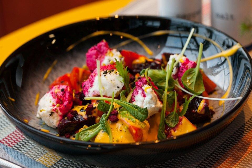 Салат с козьим сыром, мягкой хурмой, тайским манго и печеной свеклой — 290 рублей . Изображение № 25.