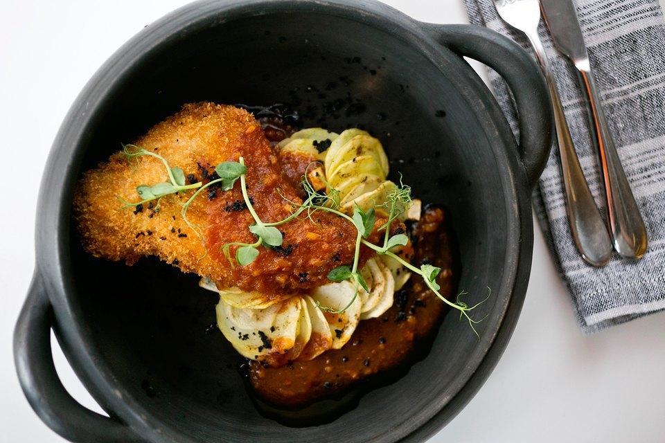 Хрустящая ножка кролика по-лионски на картофельной галете с грушей и цитрусовым соусом (690 рублей). Изображение № 16.