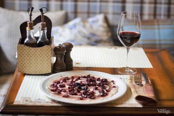 Карпаччо из утки — 380 рублей и вино Барбера д`Асти — 1 356 рублей за бутылку