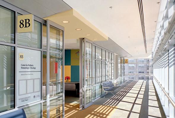 При входе в отделение пациент сталкивается с более специфической информацией, которая также четко структурирована. (Massachusetts General Hospital) . Изображение № 18.