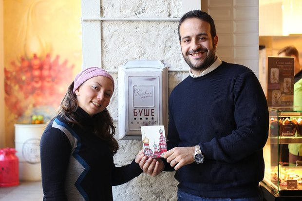 Франческо и Валерия: «Good luck для моей семьи в Италию. У нас есть такая традиция — отправлять открытки из стран, куда мы отправляемся в путешествия. Дома уже целая коллекция, это очень интересно, потому что все открытки и марки разные и красивые».. Изображение № 8.