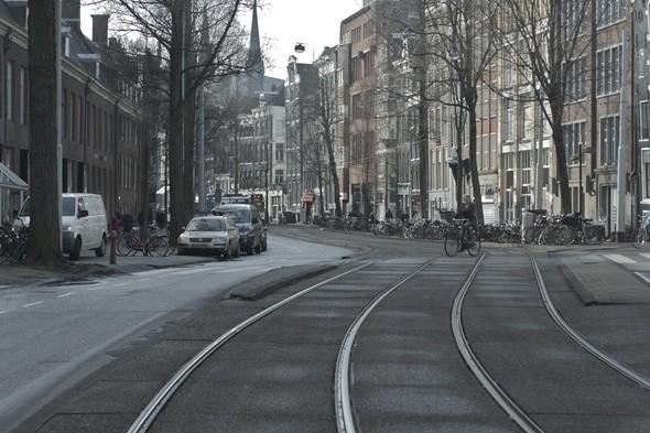 Звенящая тишина на улице, располагающейся в минуте ходьбы от центральной площади Dam. Изображение № 1.