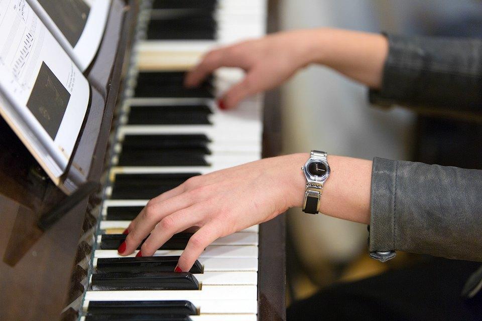 Мужские иженские наручные часы. Изображение № 2.
