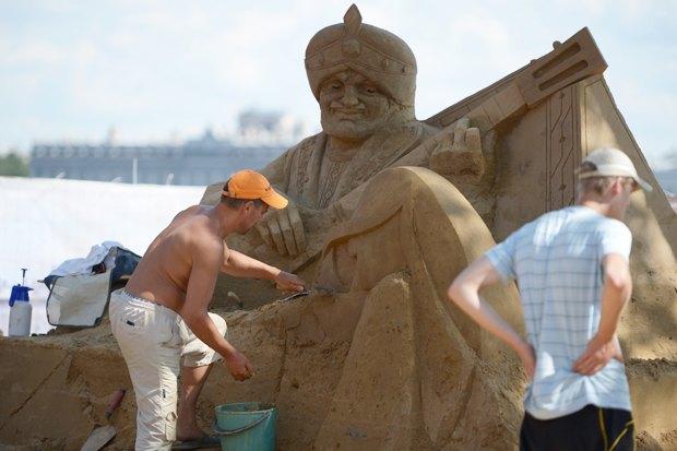На пляже Петропавловской крепости построили песчаные скульптуры. Изображение № 2.