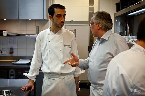 Александр Николя получает указание от Алена Дюкасса. Ресторатор на кухне действительно крайне строг, ничего не упускает из виду, проверяет всё, от температуры воды до жёсткости курицы.