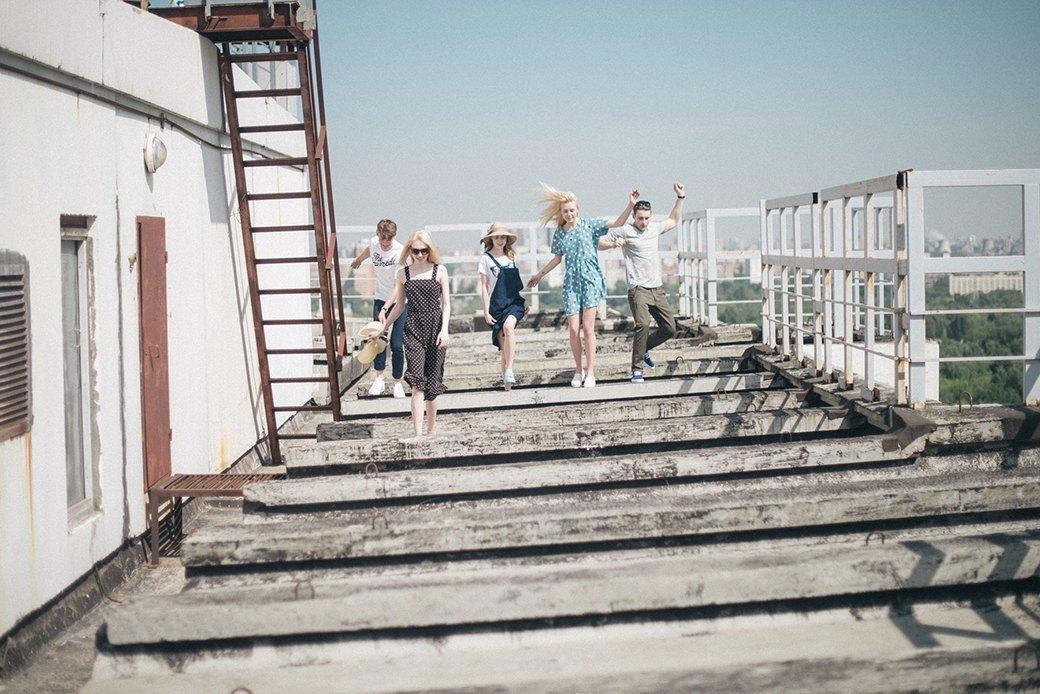 На уровне неба: 5 комплектов одежды для тёплых дней в Москве. Изображение № 16.