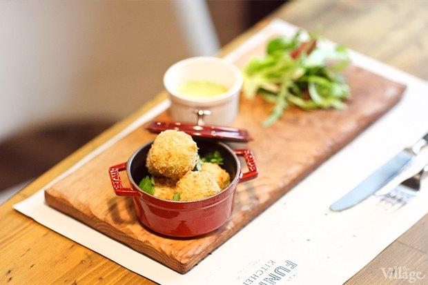 №4 Veggie balls из киноа, авокадо и кешью с миксом салатов и соусом из трав — 310 рублей. Изображение № 27.