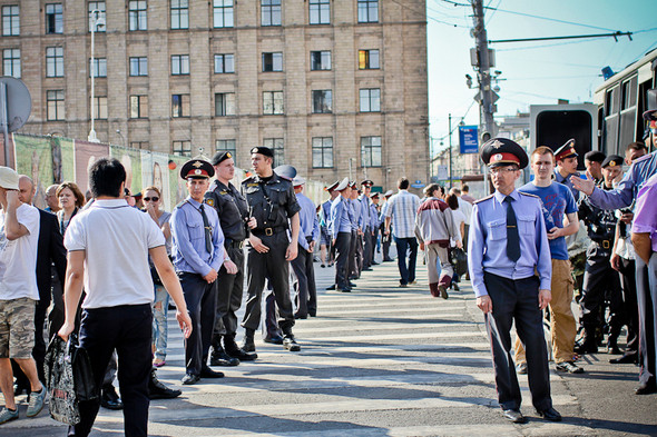 Полиция применяет новую стратегию — живые коридоры из стражей порядка. Получается двустороннее движение без возможности перестроиться в другой ряд. Через 20 минут от этой операции отказались.
