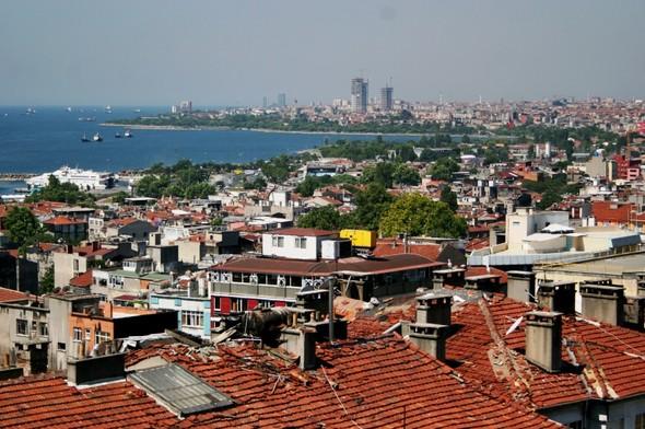 На город обязательно надо посмотреть с высоты. Поверх крыш открывается его великолепие, и его же ветхость.. Изображение № 1.